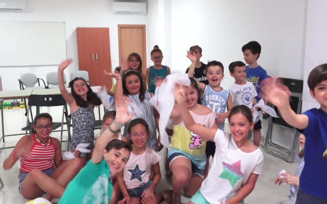 """Un grupo de niños y niñas conocen qué es el circo en el Centro Social """"El Olivo"""""""