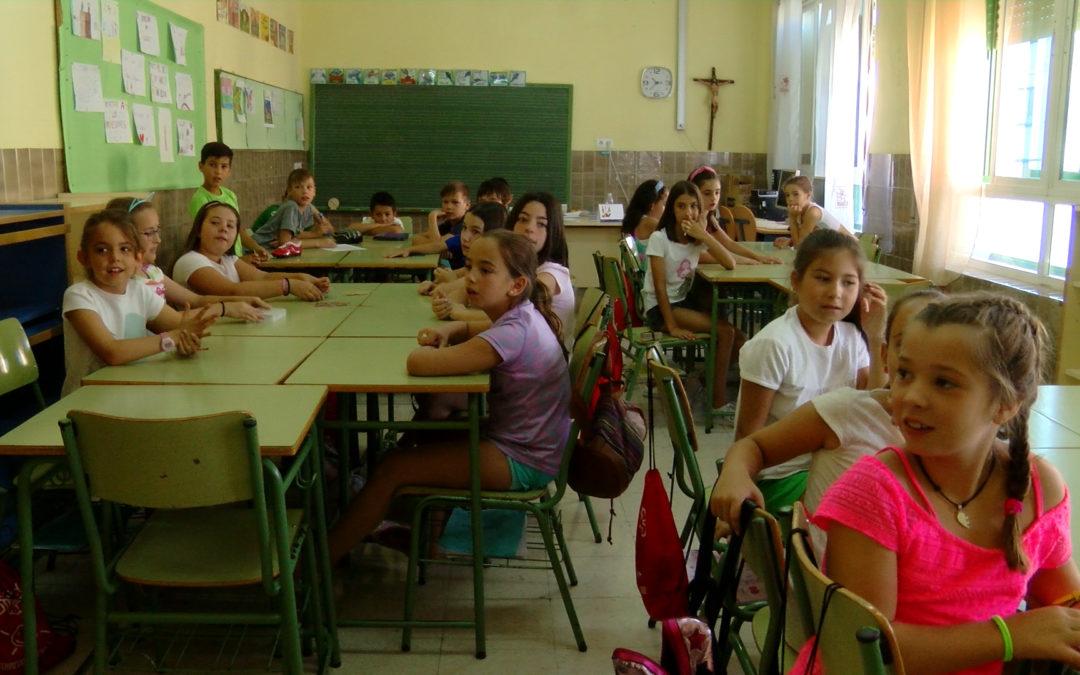 Los alumnos de la Escuela de Verano se divierten en las aulas