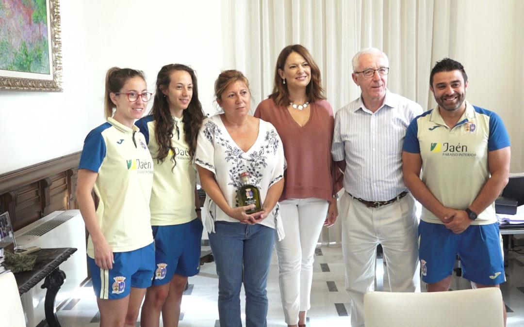 La delegada territorial de Cultura, Turismo y Deporte, Pilar Salazar se reúne con representantes del Club de Fútbol Sala Femenino de Martos