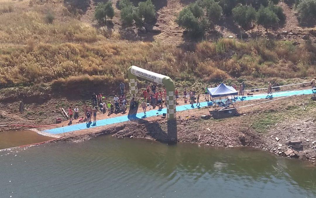 Un centenar de nadadores participa en la IV Travesía a Nado Villa de Marmolejo en el embalse del Yeguas