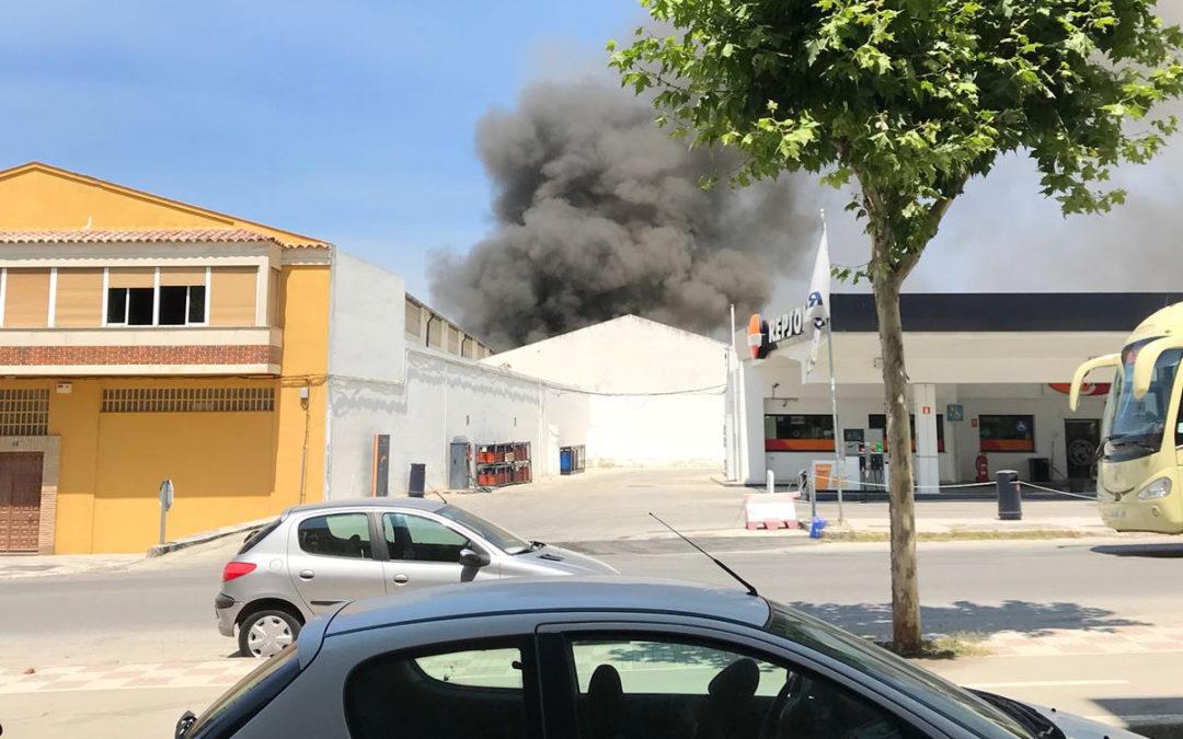 Arde una nave de tapicería en la calle Fuente del Mármol