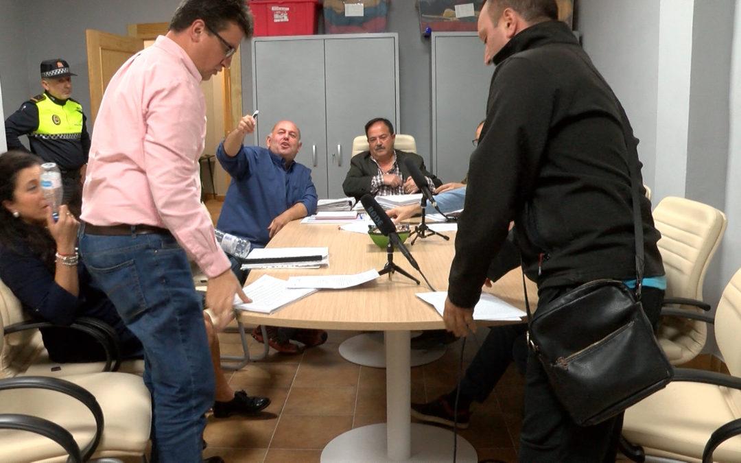 El pleno termina en pataleta, cruce de insultos y abandono del PSOE