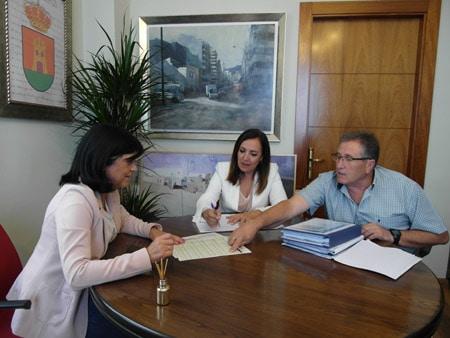 Medina solicita apoyo a la subdelegada del Gobierno para la concesión de la comunidad de regantes