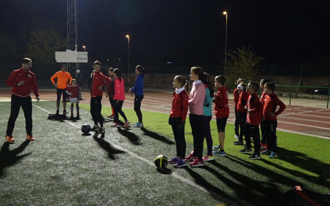 Los alumnos de la Escuela de Atletismo de La Zancada aprenden con las directrices de Javier del Arco