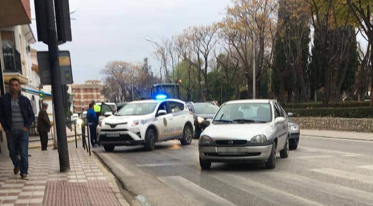 Un coche sale de la vía en la carretera A-306 y choca contra un olivo
