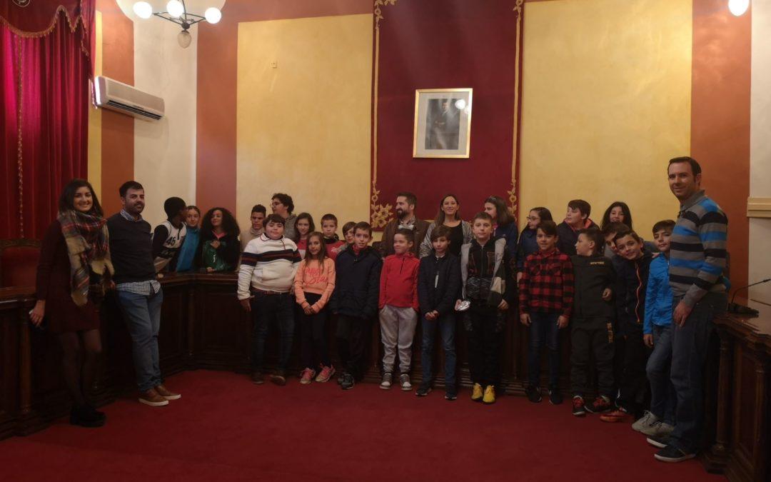 Escolares visitan el Ayuntamiento para celebrar el Día de la Constitución