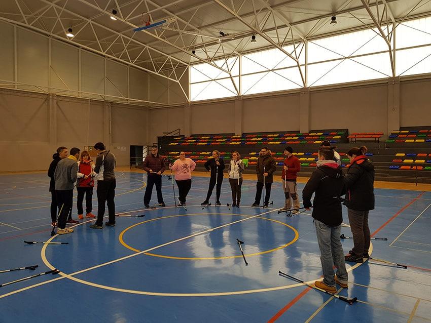 Catorce alumnos aprenden los conceptos clave de la marcha nórdica