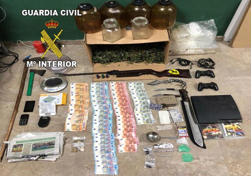Tres detenidos por tráfico de drogas y otros tres investigados por delitos de defraudación