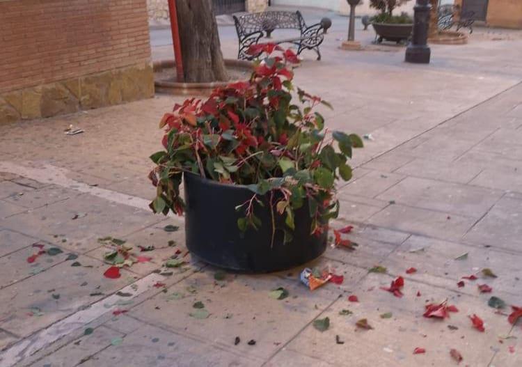 Nuevo acto vandálico con los maceteros de la Plaza de España de Jamilena