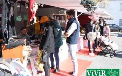 Un mercadillo organizado por los comerciantes locales invita a adelantar las compras de navidad