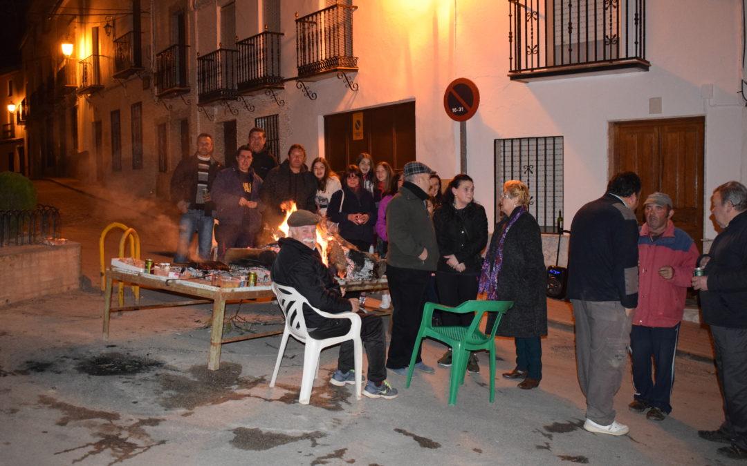 Los barrios arjoneros disfrutan de las lumbres de san Antón