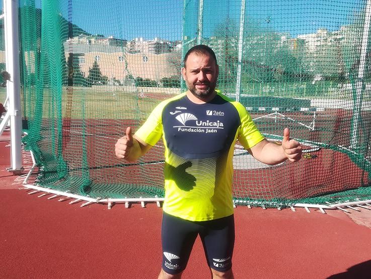 El Atleta Linarense del Unicaja Carlos Hugo roza el récord de España de Lanzamiento de Disco y consigue laminina nacional Master