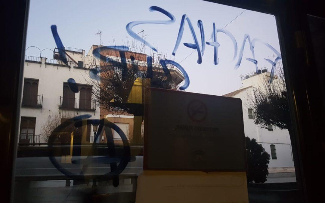 """La fachada del Circulo Recreativa y cultural """"La Peña"""" objeto de pintadas"""