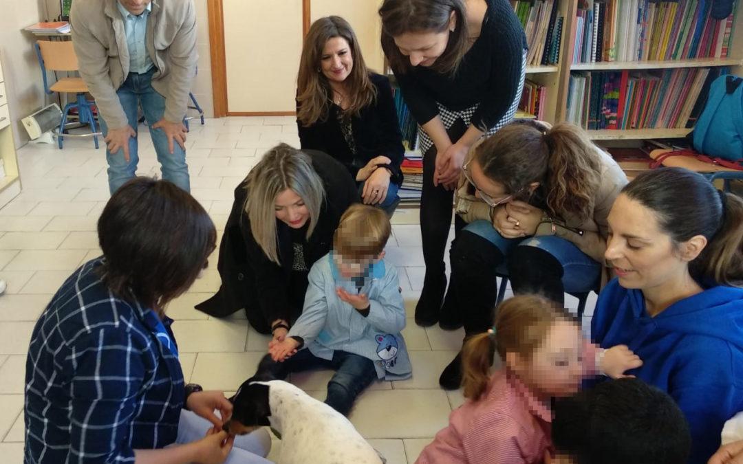 Comienza el programa de terapia con perros para niños con capacidades especiales del CEIP Miguel de Cervantes