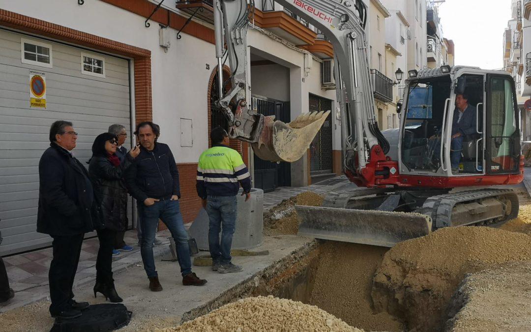 Paqui Medina visita las obras de la calle Vega y Blas Infante