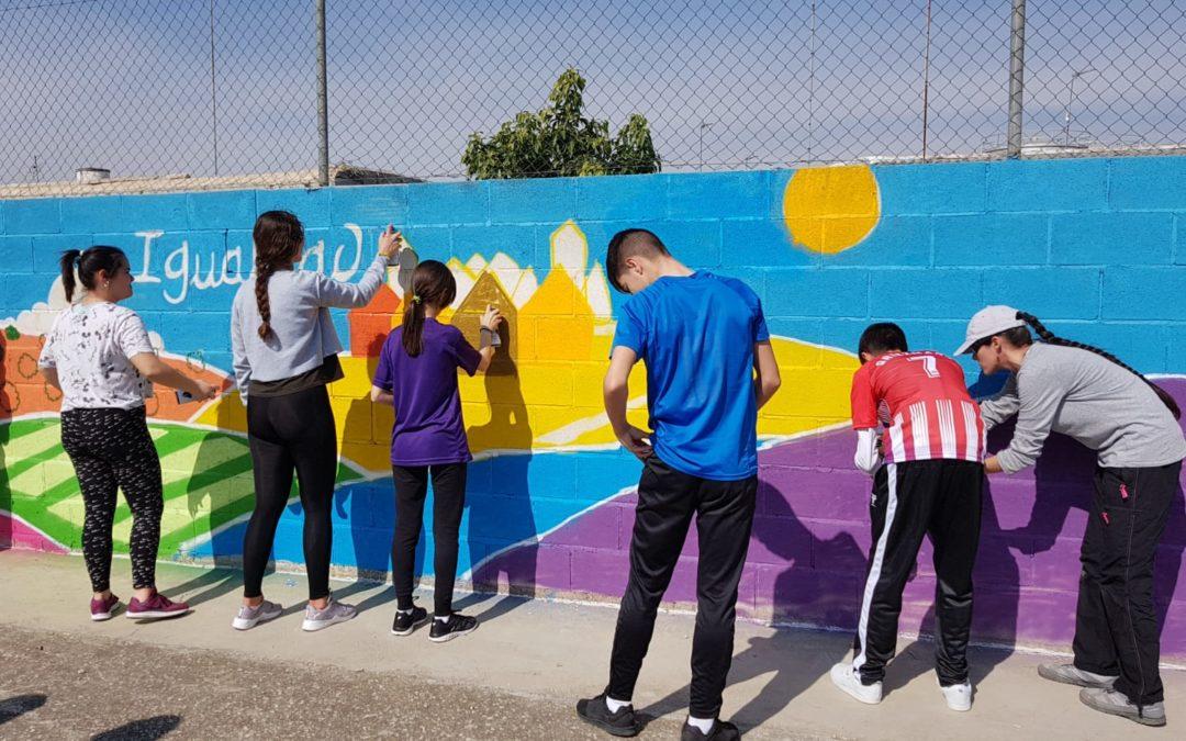 El instituto Gamonares se llena de grafitis en favor de la igualdad