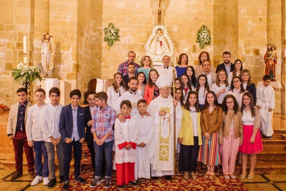 El obispo administró la Confirmación en la iglesia de San Pedro Apóstol