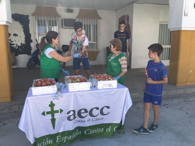 La AECC celebra el Día Mundial sin Tabaco repartiendo brochetas de fruta entre los más jóvenes