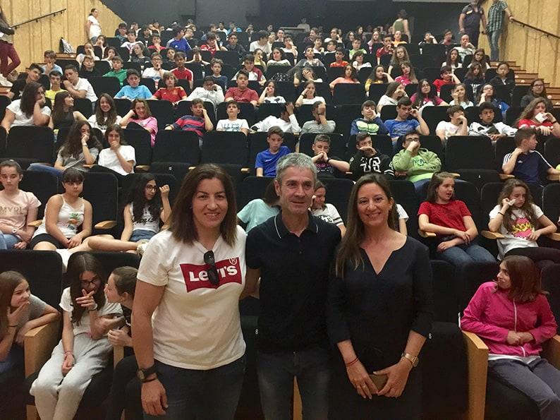 Unos 160 estudiantes se reúnen con Martín Fiz en el Centro Cultural