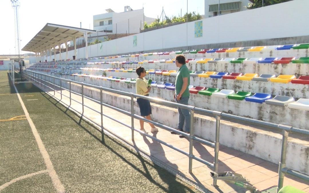 Instalados 350 nuevos asientos en la grada de preferente del Campo de Fútbol Municipal