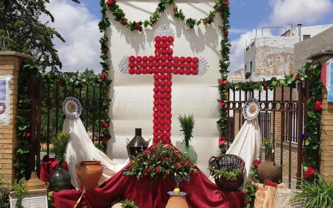 Gran ambiente en la Cruz de Mayo organizada por la Cofradía de la Resurrección