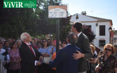 Arjona arropa al padre Ángel y a Julio Millán en el descubrimiento de la calle «Mensajeros de la paz»