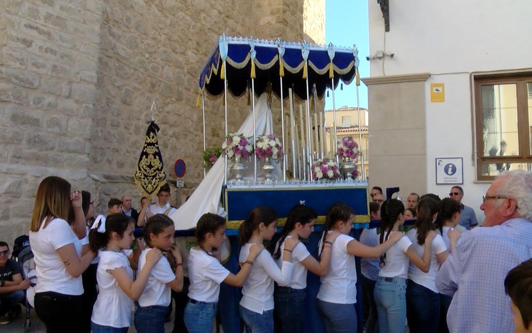 La juventud de la Hermandad del Resucitado procesiona sus imágenes