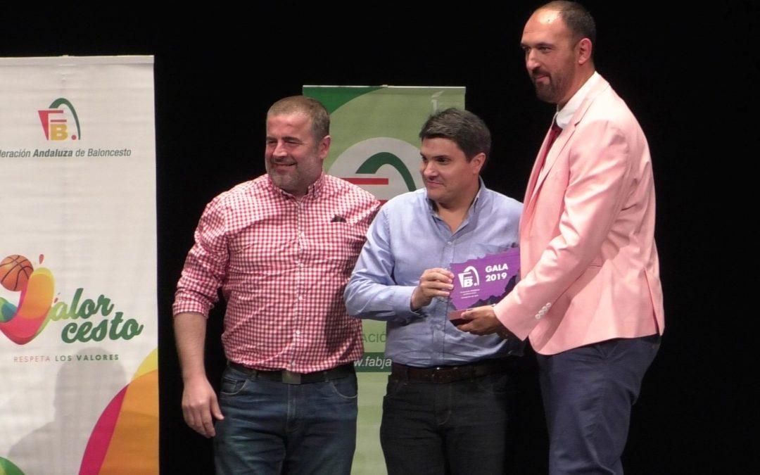 El Ayuntamiento de Marmolejo recibe un premio por su apoyo al baloncesto provincial