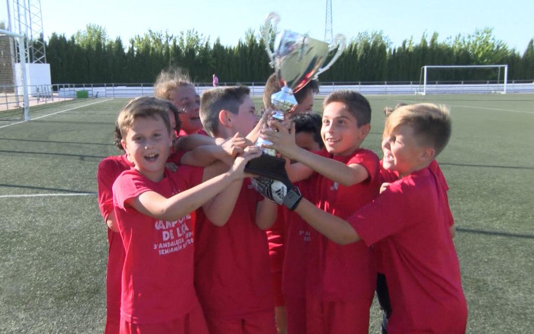 Los benjamines del Hispania reciben su trofeo de campeones
