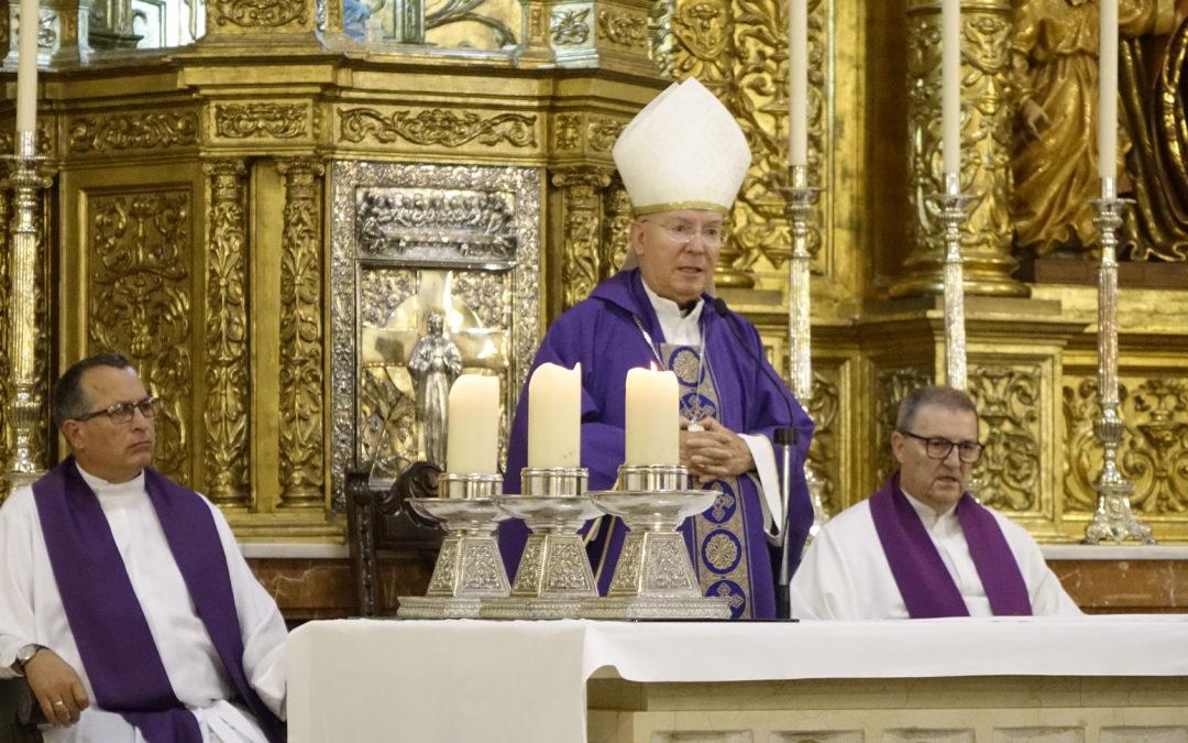 El obispo de Jaén, Amadeo Rodríguez oficia la misa del sacerdote Cosme Sánchez