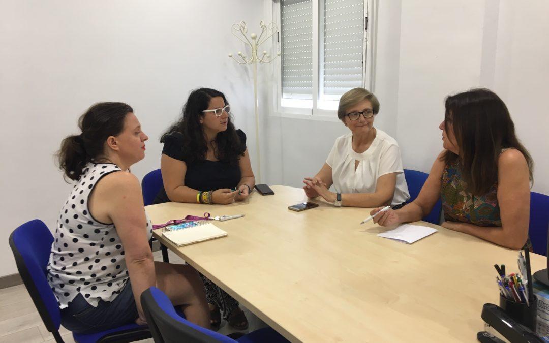 La asesora de programa del Instituto Andaluz de la Mujer, María José de la Torre visita el Centro de Información de la Mujer de Torredonjimeno