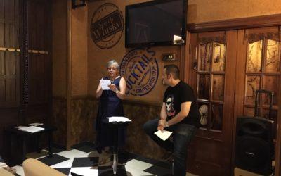 Trini Pestaña comparte sus microcuentos con el público de Versos y Copas