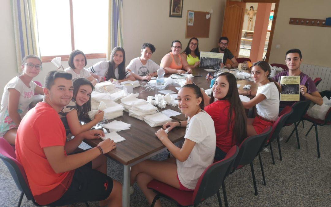 La juventud cofrade de Torredelcampo se propone hacer 15.000 flores de papeles para su Patrona