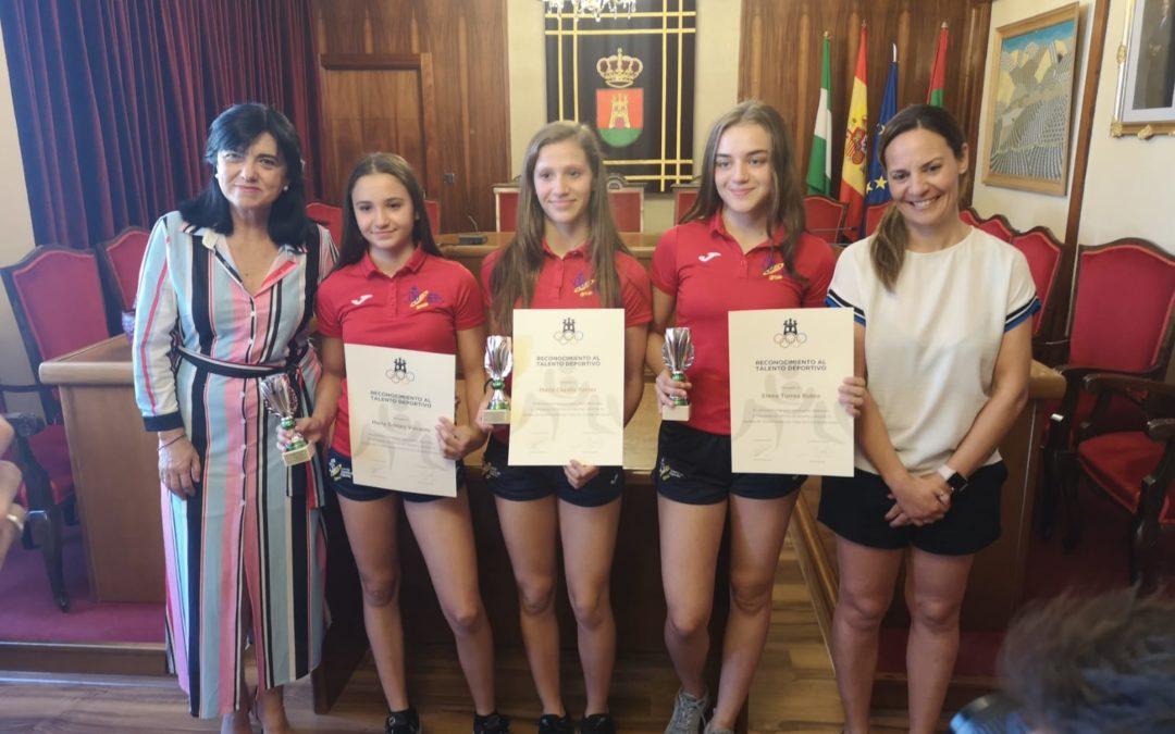 El Ayuntamiento reconoce los logros deportivos de tres luchadoras del Club Power