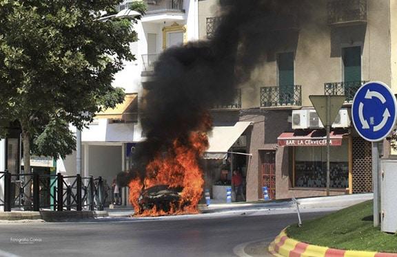 Incendio de un coche en la rotonda de Los Zagales
