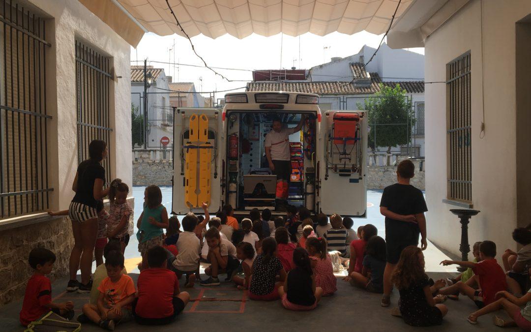 Miembros de Cruz Roja visitan a los alumnos de la Escuela de Verano de Torredonjimeno