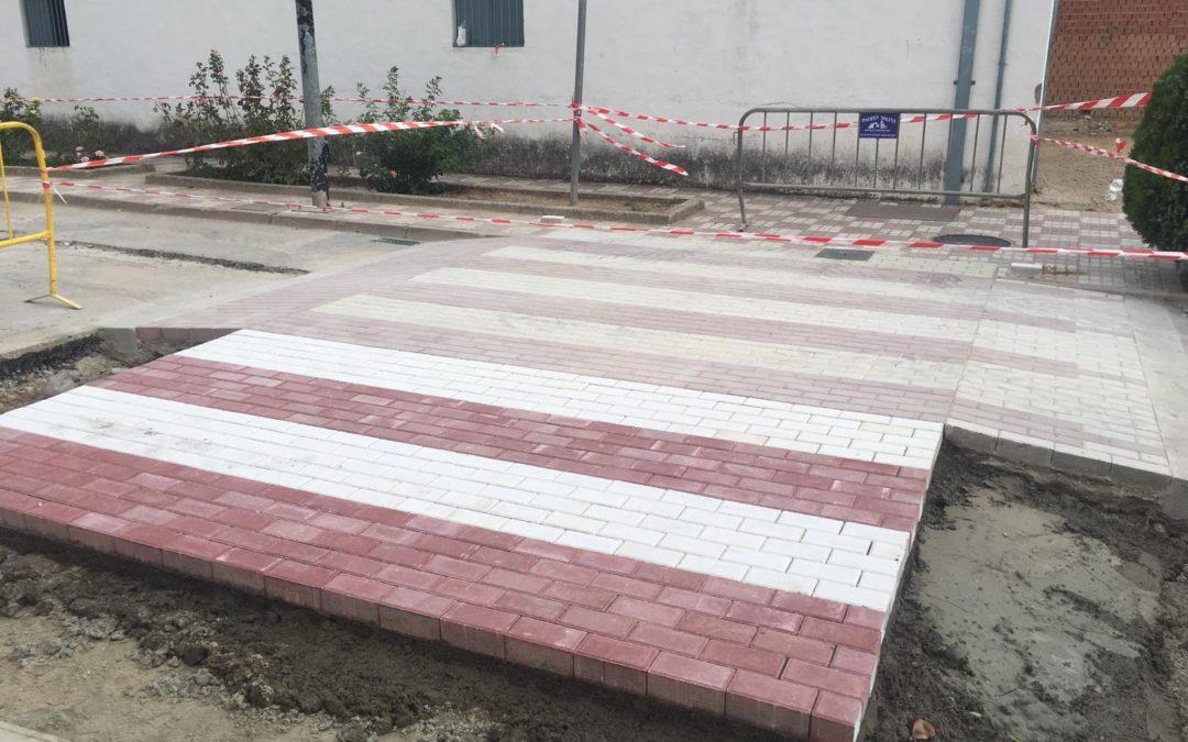 El Ayuntamiento de Villanueva de la Reina ha iniciado la construcción de un paso de cebra elevado a la entrada del colegio