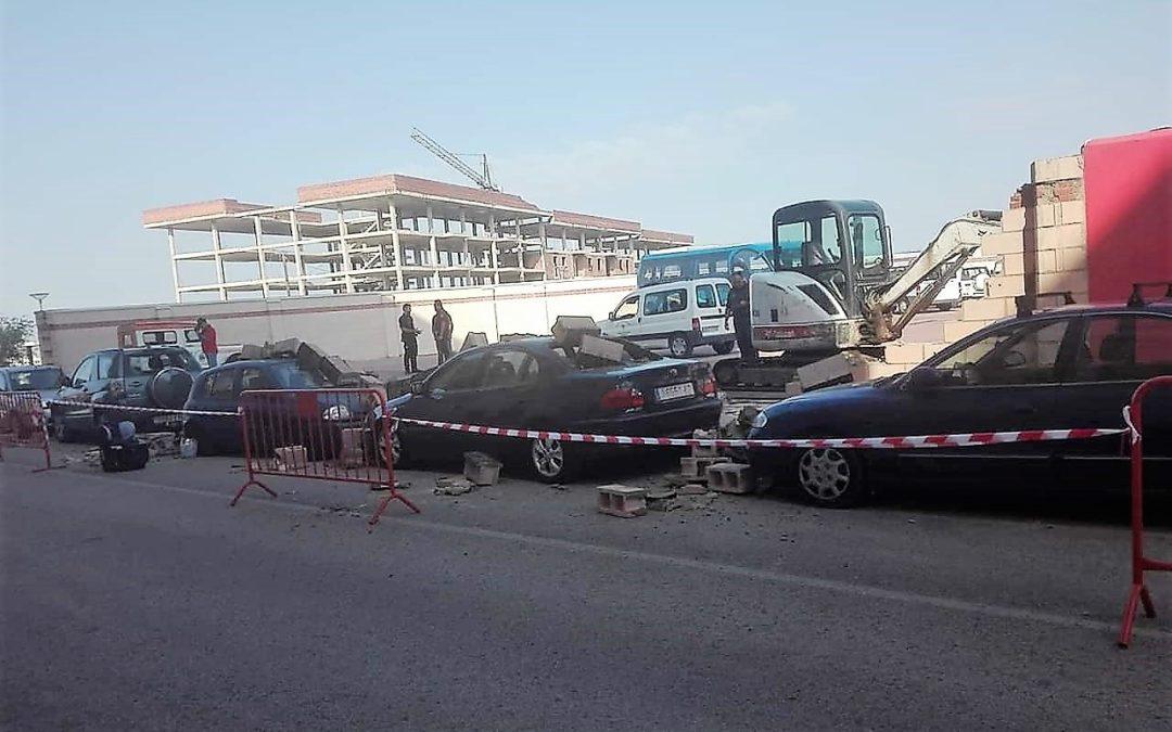 La caída de un muro del Parque de Bomberos causa daños en varios coches