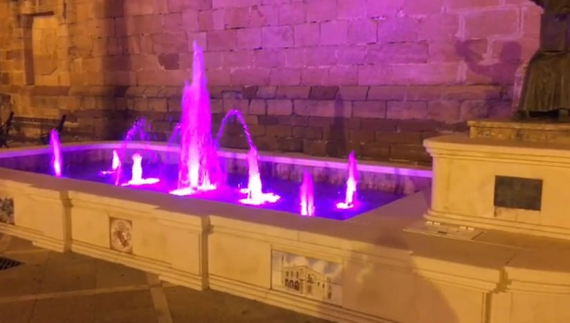 La fuente de la Plaza de la Libertad, iluminada con luces leds de colores