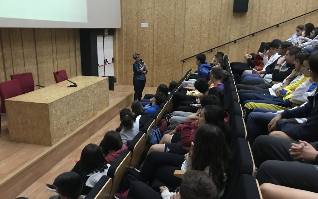 Cerca de 200 alumnos debaten sobre la cosificación de la mujer en los medios y la publicidad