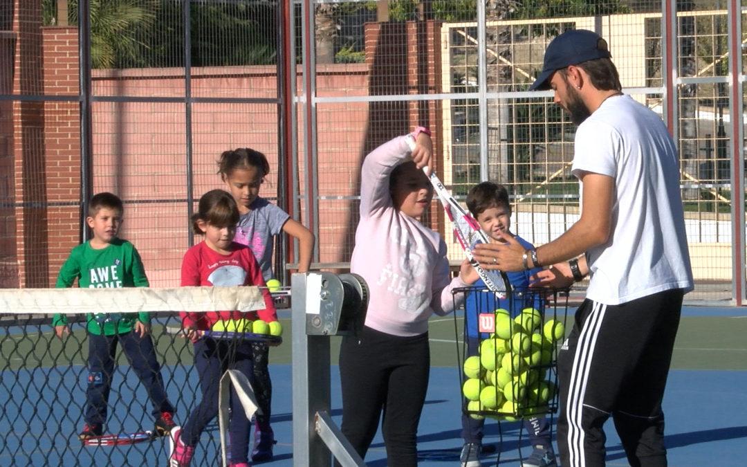 Saque directo de inicio en la nueva Escuela de Tenis de Torredelcampo