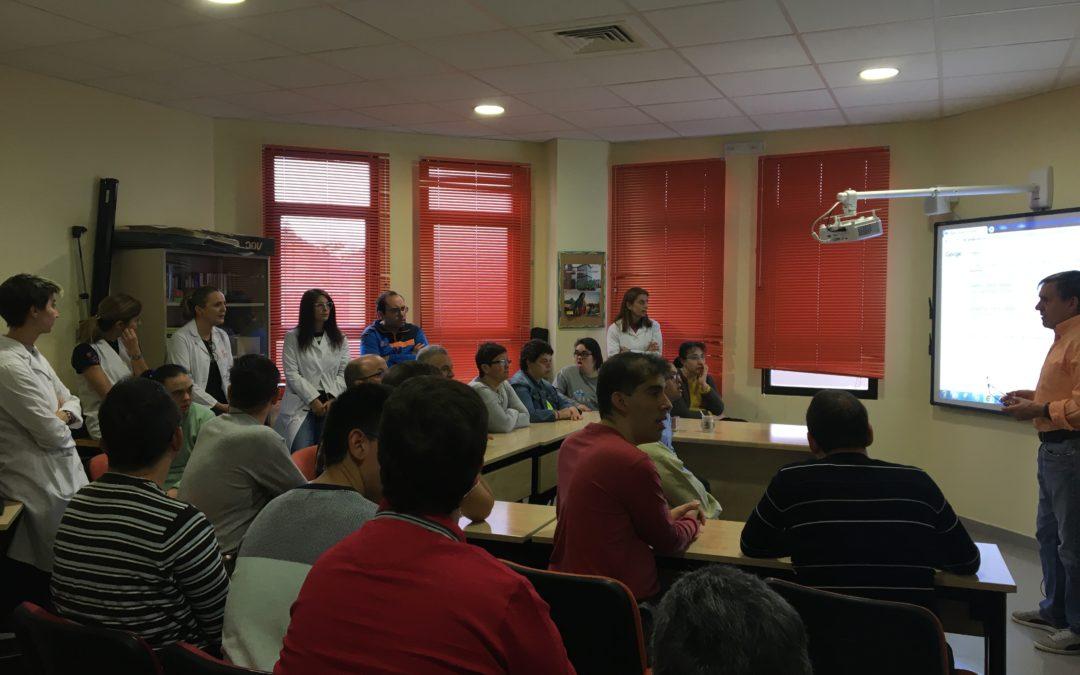 Los usuarios del Centro Ocupacional San Pablo reciben un taller sobre la plataforma EBiblio