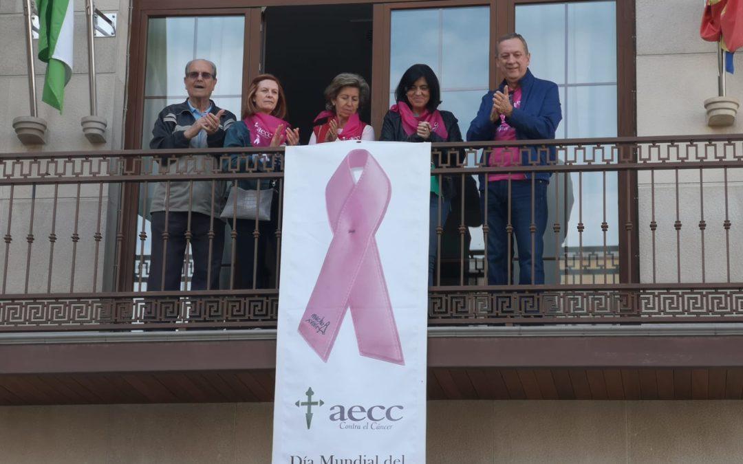 Un gran lazo rosa ondea en el balcón del consistorio por la concienciación contra el cáncer de mama
