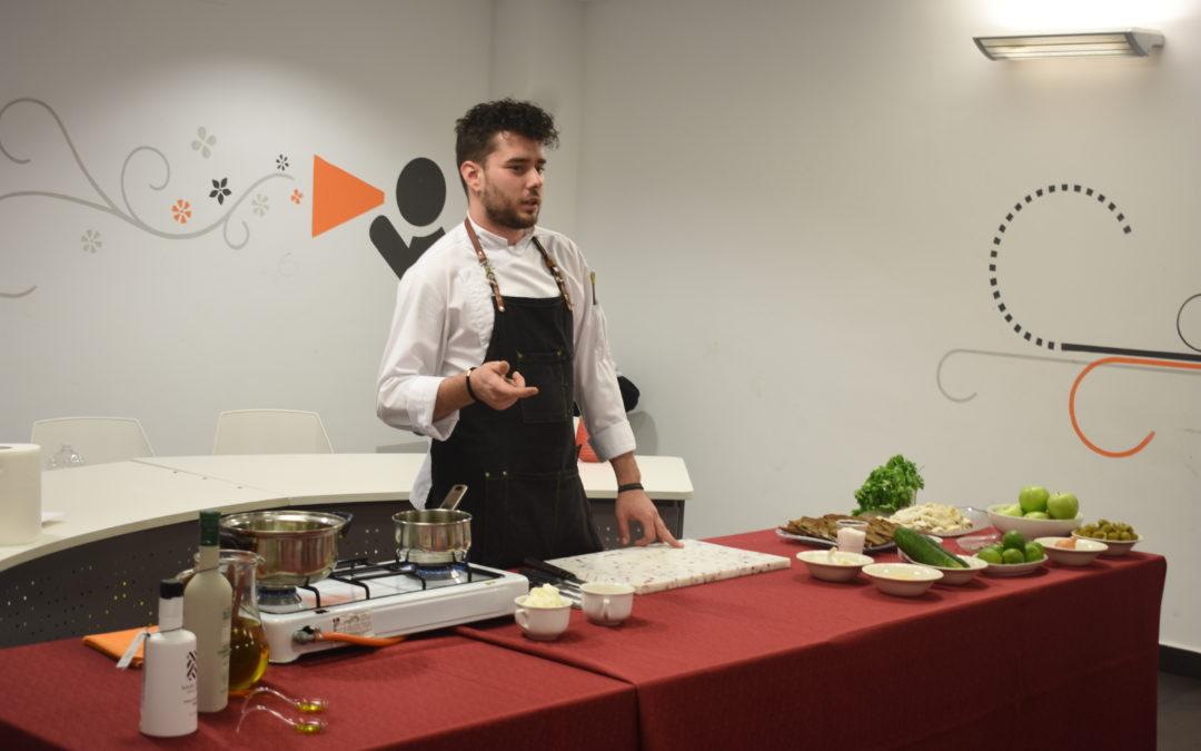 El chef marmolejeño Pedro Lozano Machuca ofrece un taller de cocina en la IV Semana del aceite