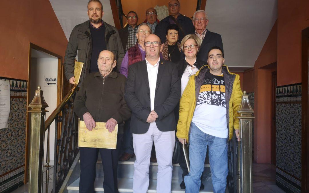 Los premiados de la Gala de Reconocimiento Social firman en el libro del Ayuntamiento