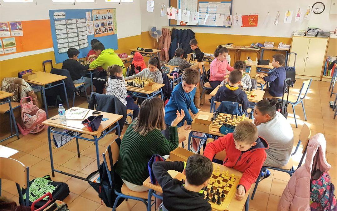 El ajedrez se cuela en las aulas de los colegios carolinenses