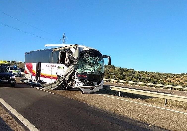 Dos heridos leves en una colisión entre un autobús y un camión en la A-4 en Bailén
