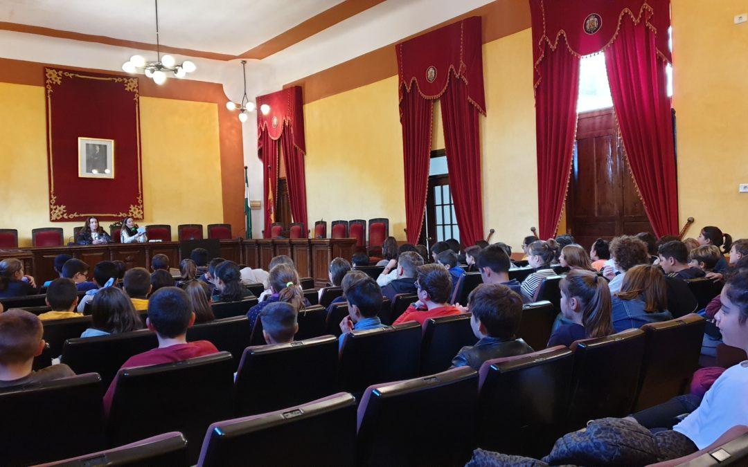 Escolares visitan el Ayuntamiento por el Día de la Constitución