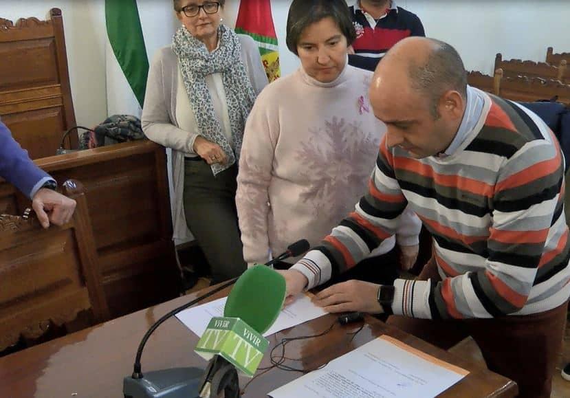 Entrega de un cheque por parte de ADET a la Asociación Española contra el cáncer.