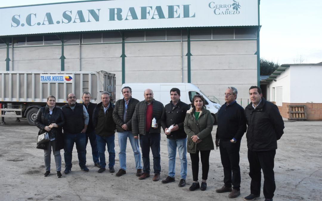 El parlamentario de Cs, Enrique Moreno, reitera su compromiso con el olivar en su visita a la Cooperativa San Rafael